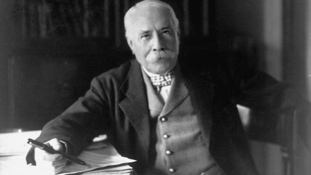 Edward_Elgar,_posing_for_the_camera_(1931)